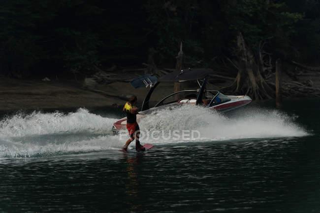 Atleta masculino extrema wakeboard em água de Rio — Fotografia de Stock