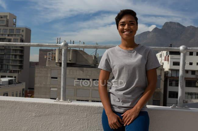 Porträt einer lässigen Frau, die auf der Terrasse steht — Stockfoto