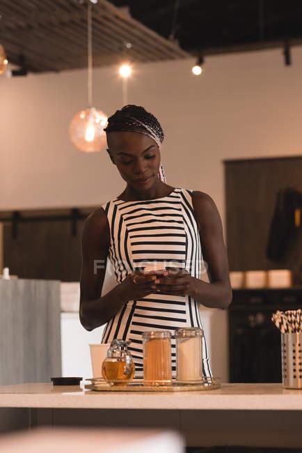 Testo donna messaggistica sul cellulare nella caffetteria — Foto stock