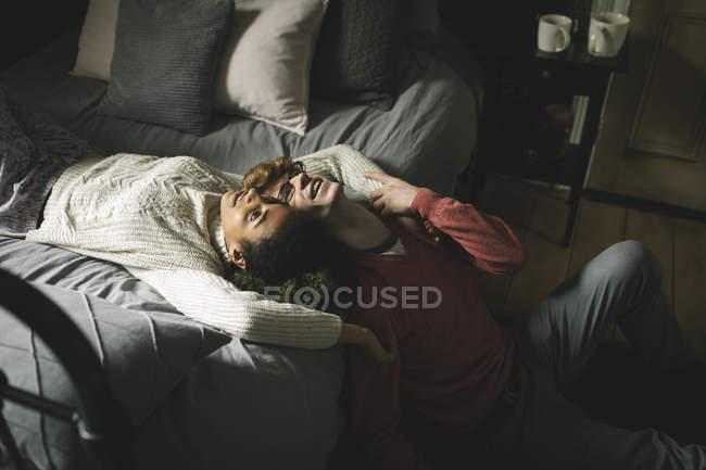 Felice coppia rilassante in camera da letto a casa — Foto stock