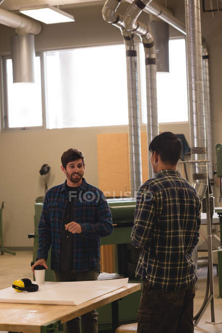 Deux artisans interagissant entre eux en atelier — Photo de stock