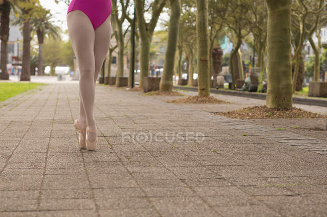 Low section of urban dancer practicing dance in the city — Stock Photo
