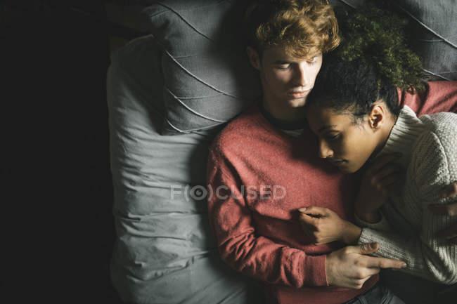 Giovane coppia che dorme in camera da letto a casa — Foto stock