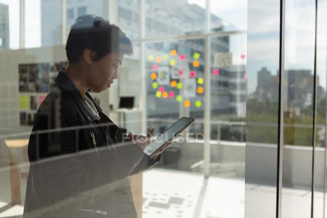 Seitenansicht des Geschäftsführers mit digitalem Tablet im Büro. — Stockfoto