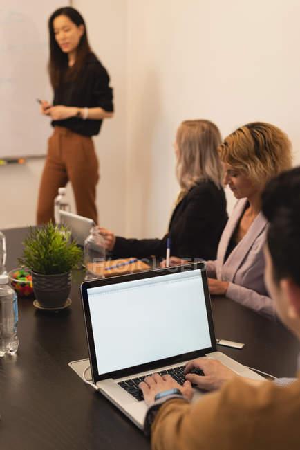 Executivos trabalhando na mesa na sala de conferências no escritório — Fotografia de Stock