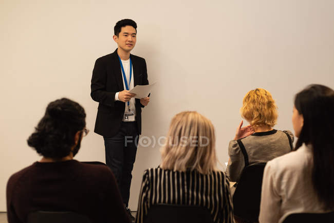 Исполнительный, объясняя коллегам в конференц-зале, в офисе — стоковое фото