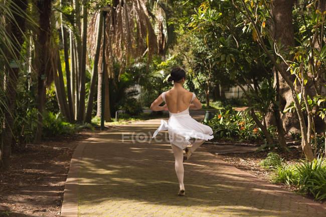 Танцующий в парке городской артист балета . — стоковое фото