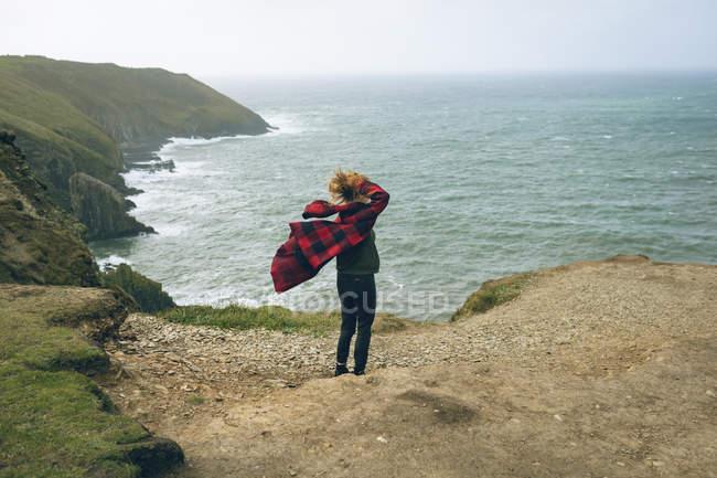 Femme rousse debout dans la plage de vent. — Photo de stock