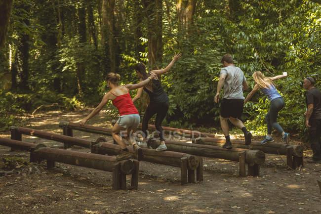 Подходящих людей обучают на курсах акушерства в спортивном лагере — стоковое фото