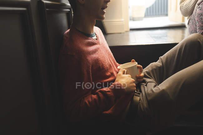 Coppia che interagisce tra loro mentre prende un caffè a casa — Foto stock