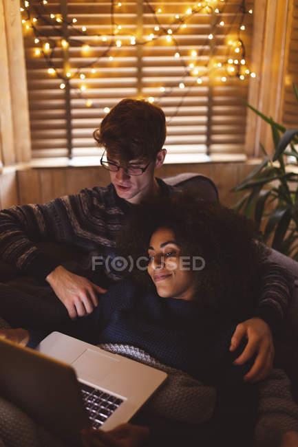 Casal usando laptop na sala de estar em casa — Fotografia de Stock