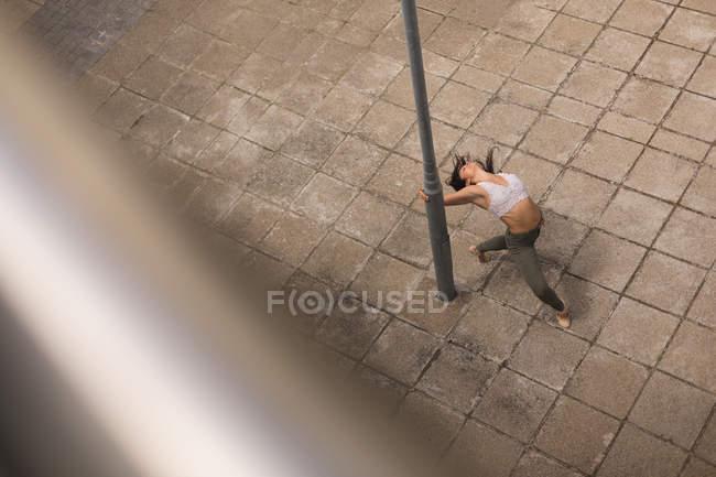 Высокий угол обзора городской танцовщицы, практикующей танец в городе . — стоковое фото