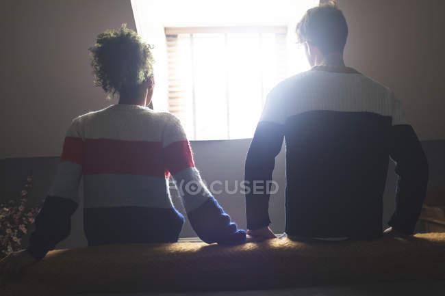 Vista real do casal relaxando no quarto em casa — Fotografia de Stock