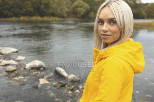 Nahaufnahme einer Frau, die in der Nähe des Flusses steht — Stockfoto