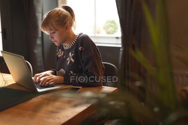 Schöne Frau mit Laptop zu Hause — Stockfoto