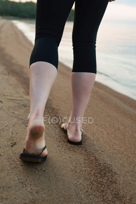 Seção de baixo de mulher andando perto de riverside — Fotografia de Stock