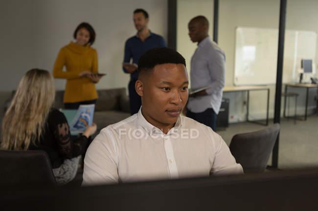 Уважний чоловічого виконавчий роботи в Microsoft office — стокове фото