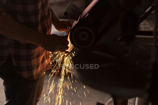 Metalsmith femelle à l'aide d'affûtage en usine — Photo de stock