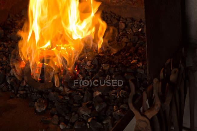 Hufeisen in Feuer in Fabrik erhitzt wird — Stockfoto
