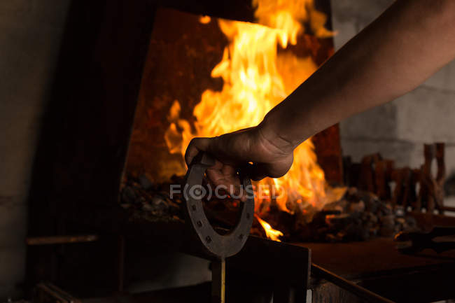 Gros plan de fer à cheval chauffant mtalsmith femelle en feu — Photo de stock