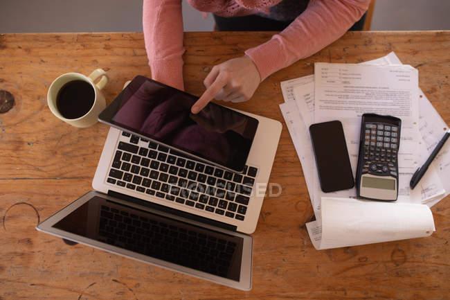 Sezione centrale della donna che utilizza tablet digitale a casa — Foto stock