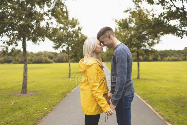 Romantisches Paar umarmt sich im Park — Stockfoto