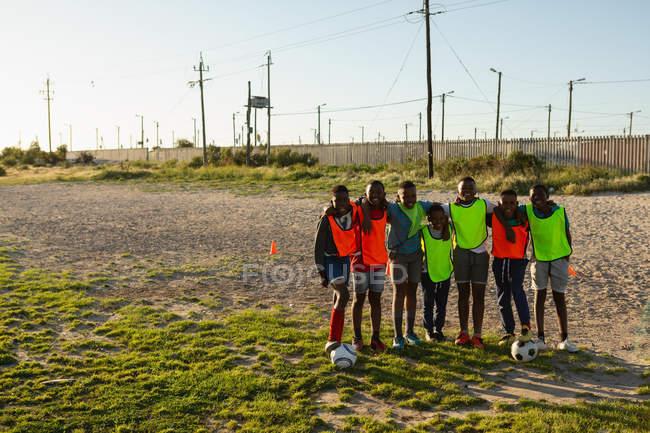 Дети, стоящие в земле в солнечный день — стоковое фото