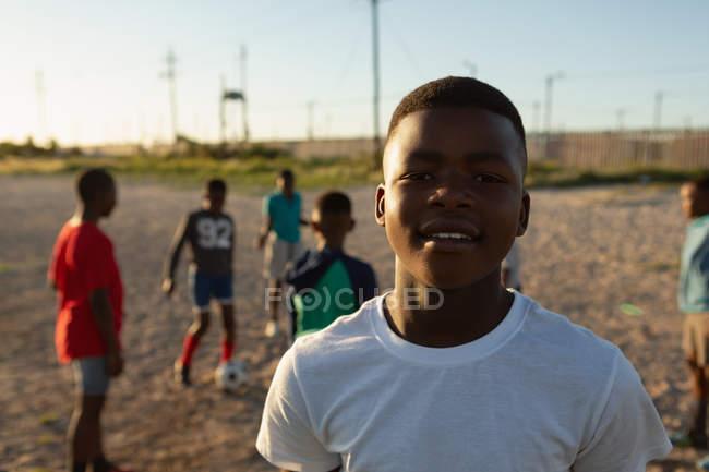 Портрет мальчика, стоящего в земле — стоковое фото