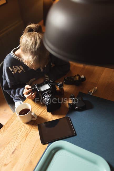 Жінка, Перегляд фотографій на камеру на дому — стокове фото
