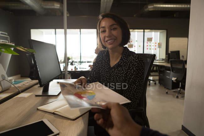 Executivos, segurando o documento na mesa no escritório — Fotografia de Stock