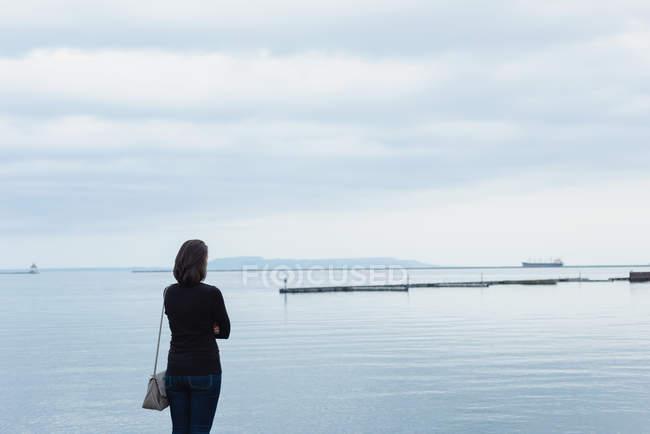 Visão traseira da mulher em pé perto da ribeira — Fotografia de Stock