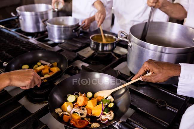 Шеф-кухар, приготування їжі на кухні в ресторані — стокове фото