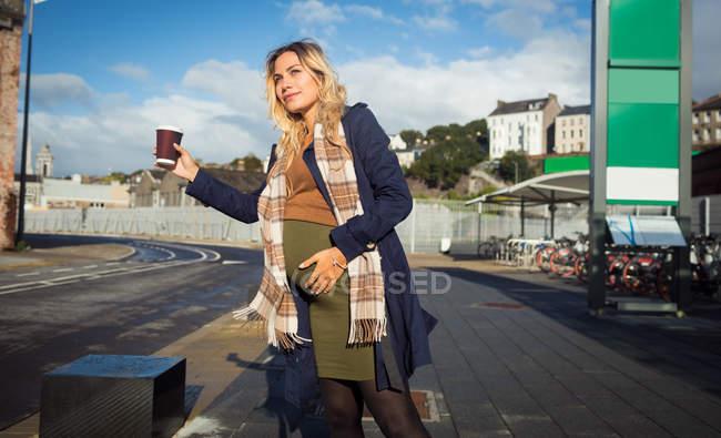 01d908600650 Bella donna incinta che fluttua alla fermata autobus — Foto stock