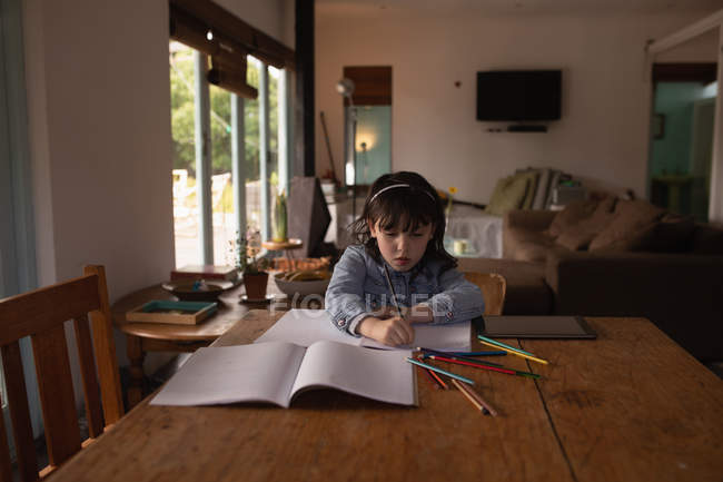 Menina inocente, fazendo a lição de casa em casa — Fotografia de Stock