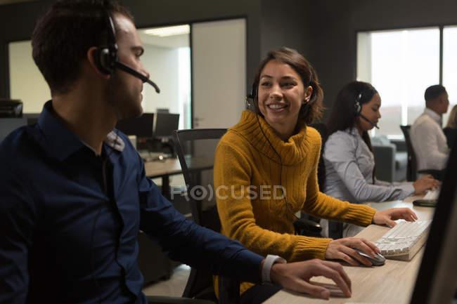 Клиент службы руководителей взаимодействующих друг с другом в офисе — стоковое фото