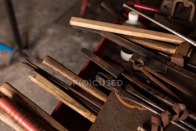 Divers outils en usine — Photo de stock