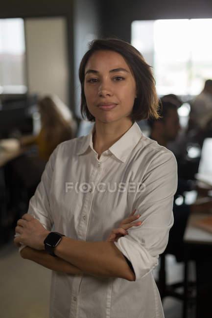 Портрет женщины исполнительной глядя на камеры в офисе — стоковое фото