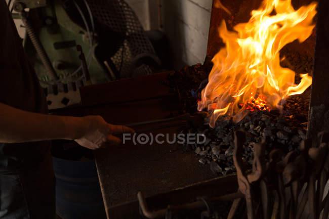 Mittleren Bereich der weiblichen Schmied Hufeisen Feuer Heizen — Stockfoto