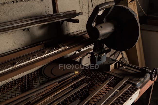 Gros plan de machine de coupe métallique en usine — Photo de stock