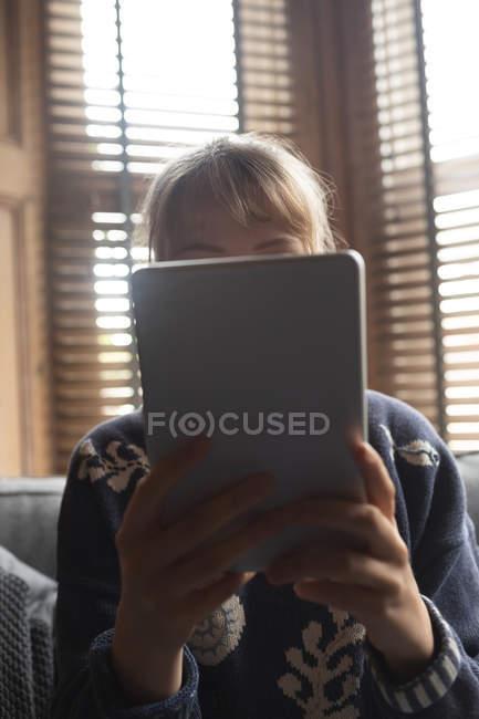Закри жінка в домашніх умовах використовуючи цифровий планшетний — стокове фото