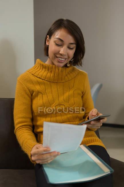 Executivo feminino, verificação de documentos no escritório — Fotografia de Stock
