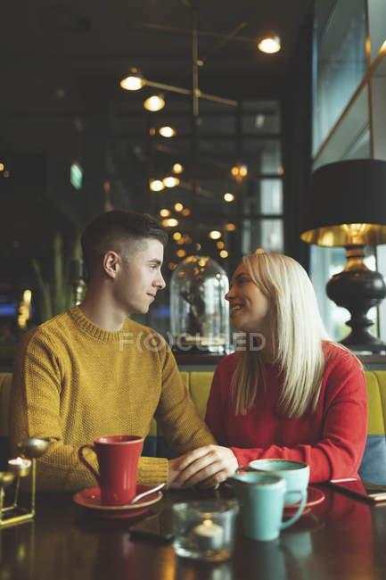 Couple heureux interagissant les uns avec les autres dans le café — Photo de stock