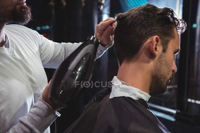 Перукарня удар сушіння волосся клієнта в перукарні — стокове фото
