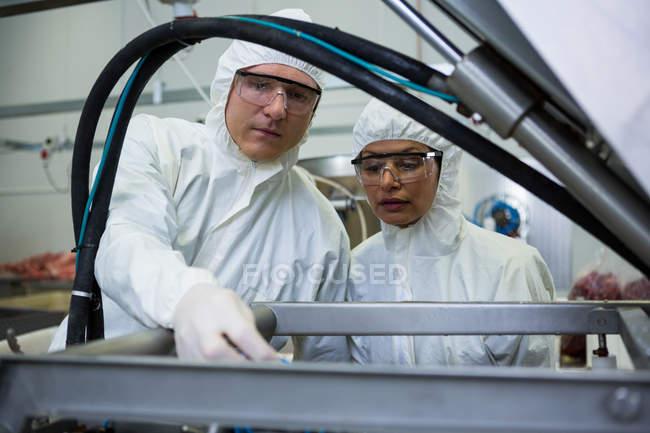 Техніків, вивчення переробки м'яса машина на заводі м'яса — стокове фото