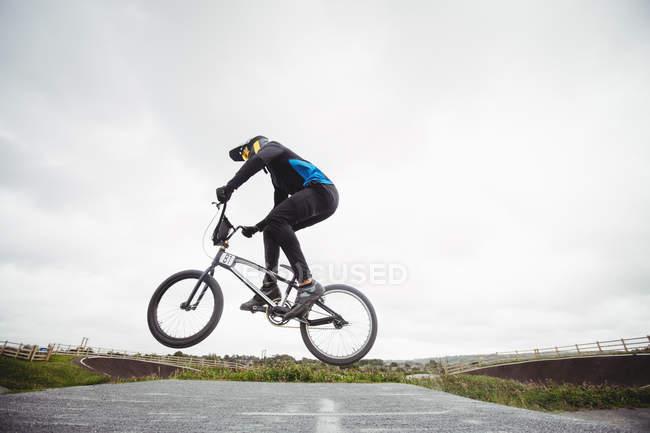 Radsportler, Bmx-Rad im skatepark — Stockfoto