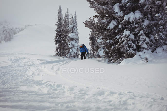 Skier skiing on snow covered mountains — Stock Photo