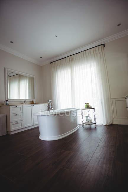 Salle de bain vide avec baignoire et coffre de salle de bain à la maison — Photo de stock