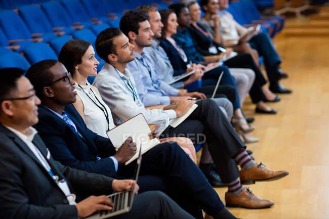 Бизнес-руководители, участвующие в бизнес-встрече с использованием цифрового планшета в конференц-центре — стоковое фото