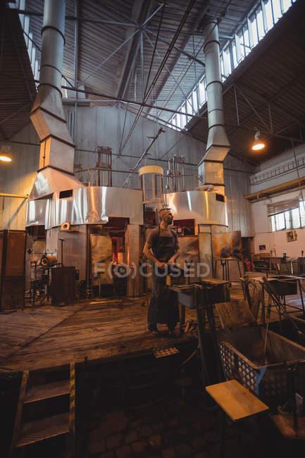 Митець, що працюють на marver таблиці на заводі glassblowing — стокове фото