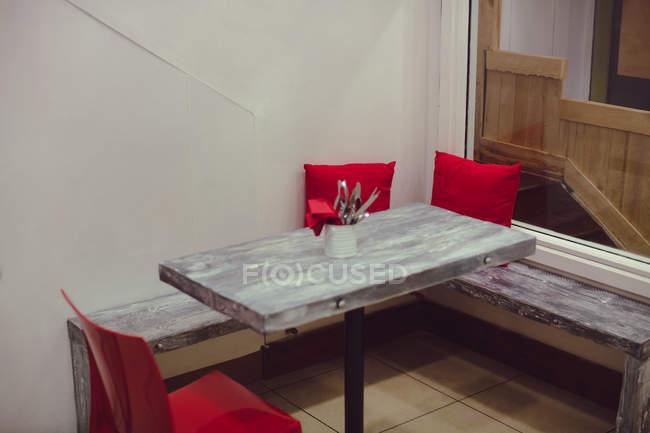 Стол со столовыми приборами современного интерьера ресторана — стоковое фото